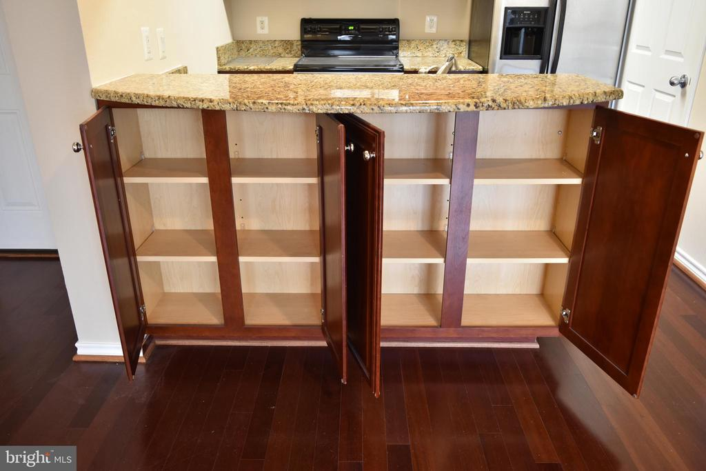 Kitchen-barstools under cabinet - 1504 LINCOLN WAY #312, MCLEAN