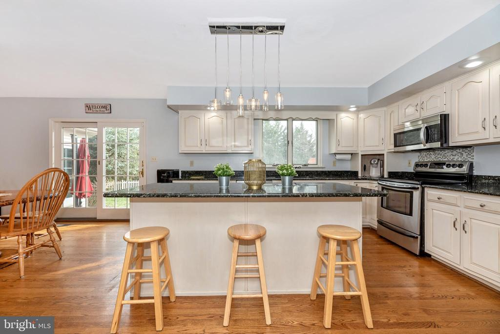 Huge island kitchen - 8221 FOX HUNT LN, FREDERICK