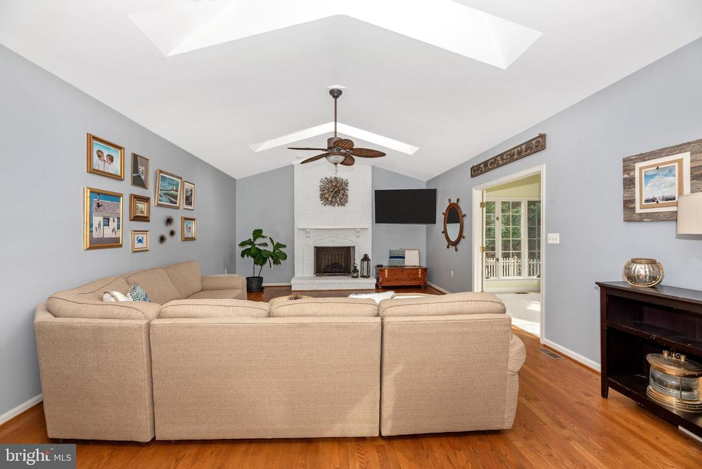 Huge living space off kitchen - 8221 FOX HUNT LN, FREDERICK