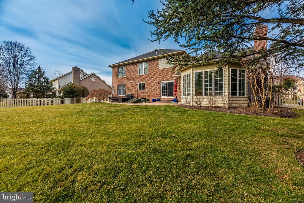 Professionally landscaped - 8221 FOX HUNT LN, FREDERICK