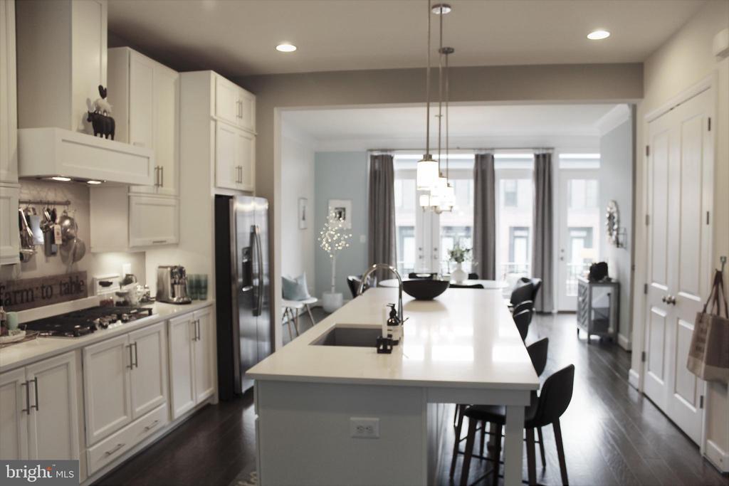 Main Level w/Gourmet Kitchen and Island w/BF Bar - 23100 LAVALLETTE SQ, BRAMBLETON