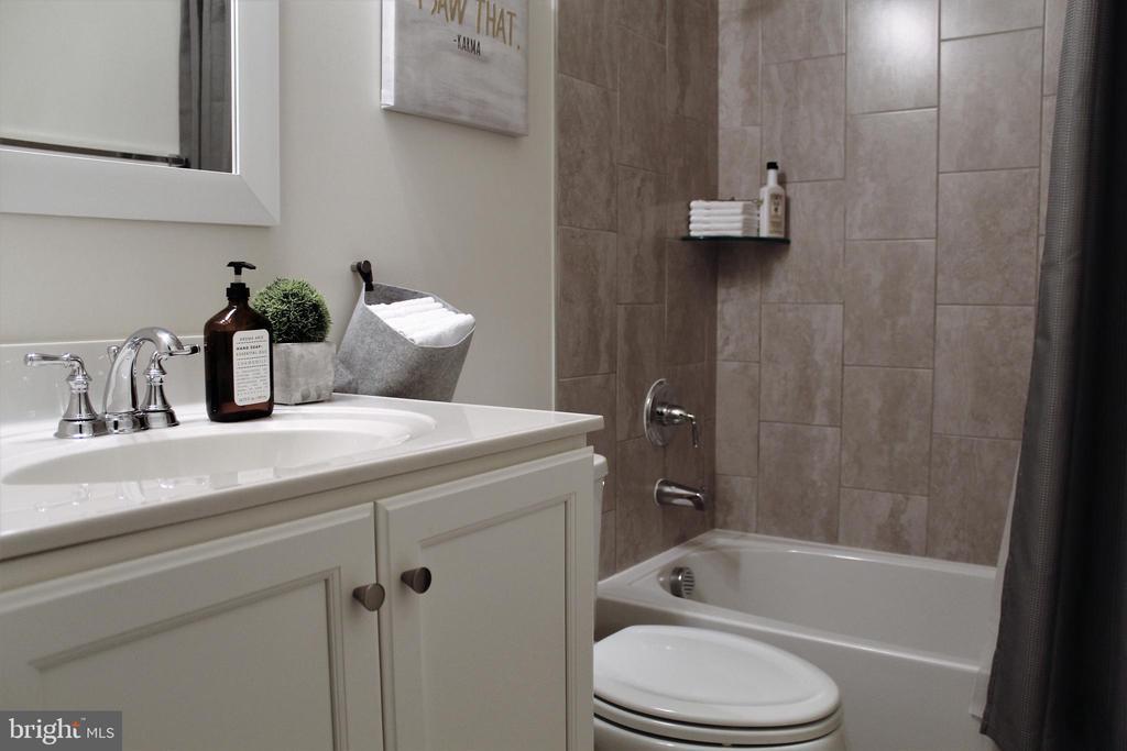 Lower Level 3rd Full Bath w/Sink Vanity - 23100 LAVALLETTE SQ, BRAMBLETON