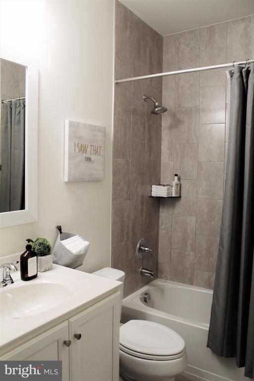 Lower Level 3rd Full Bath with Tub/Shower - 23100 LAVALLETTE SQ, BRAMBLETON