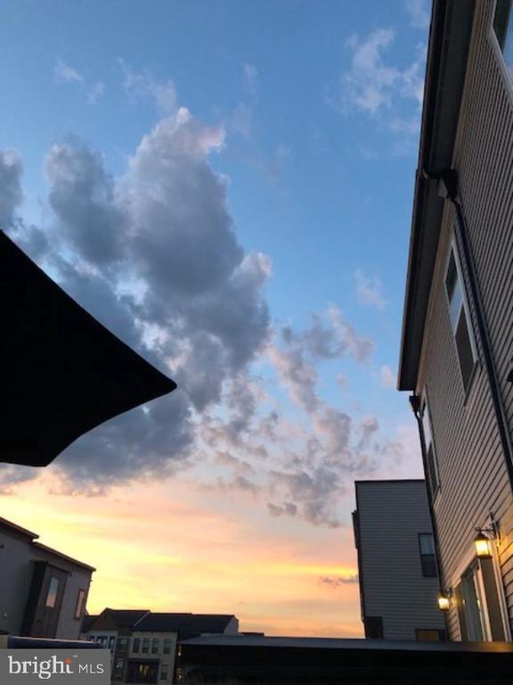 Enjoy Beautiful Sunsets From Deck - 23100 LAVALLETTE SQ, BRAMBLETON