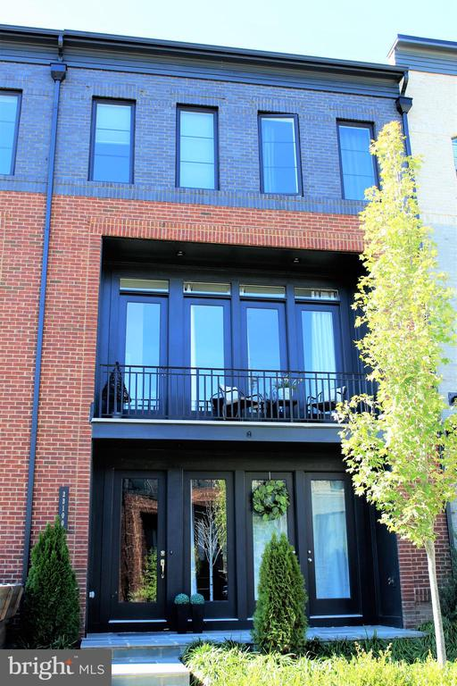 Brick Front With Balcony and Extended Patio - 23100 LAVALLETTE SQ, BRAMBLETON