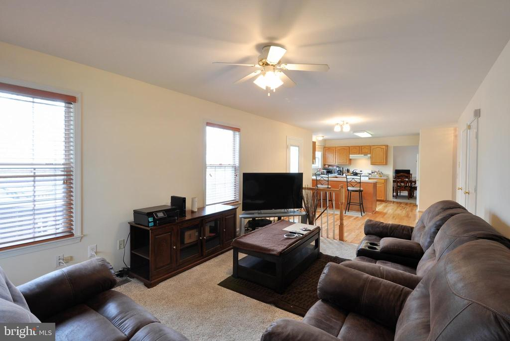Living room off kitchen with conveying wood blinds - 8 NASSAU CT, STAFFORD