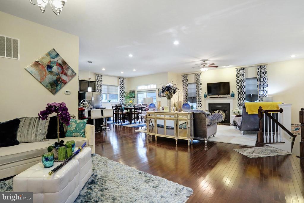 Living Area - 303 ALDERSHOT DR, MARTINSBURG