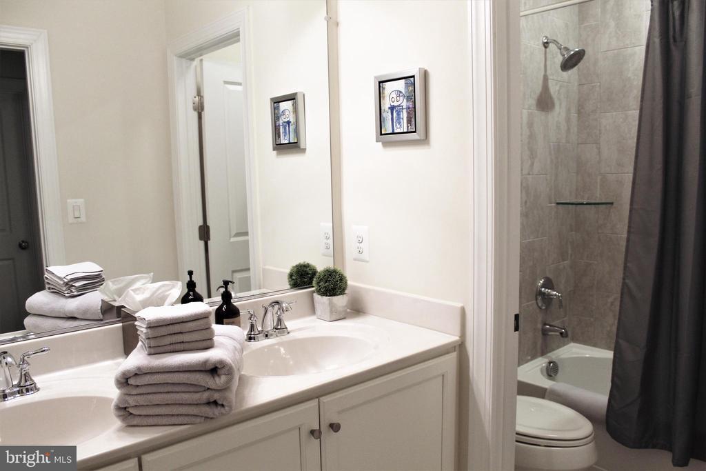Hall Bath w/Double Sink Vanity and Tub/Shower - 23100 LAVALLETTE SQ, BRAMBLETON
