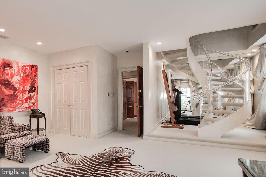 Bedroom with loft - 2409 WYOMING AVE NW, WASHINGTON