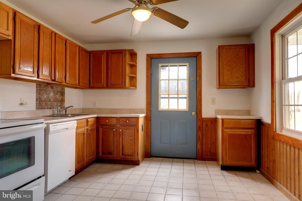 Kitchen w/ eat- in dining - 33321 CONSTITUTION HWY, LOCUST GROVE