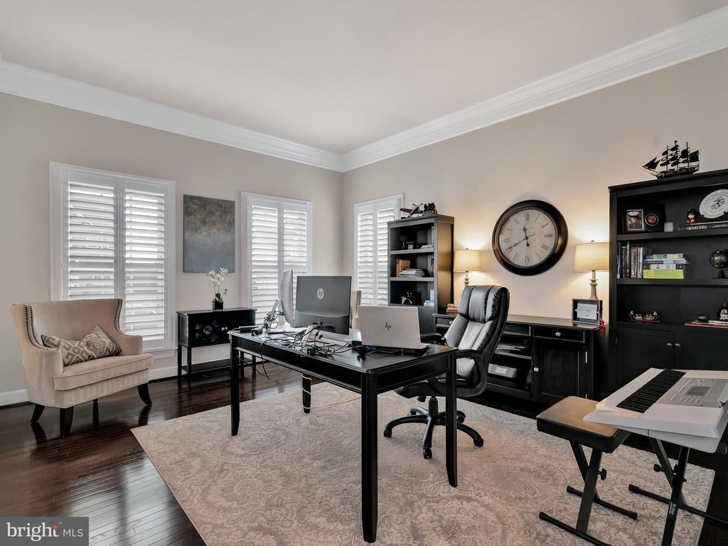 Office with custom shutters - 42545 KERSHAW PL, CHANTILLY
