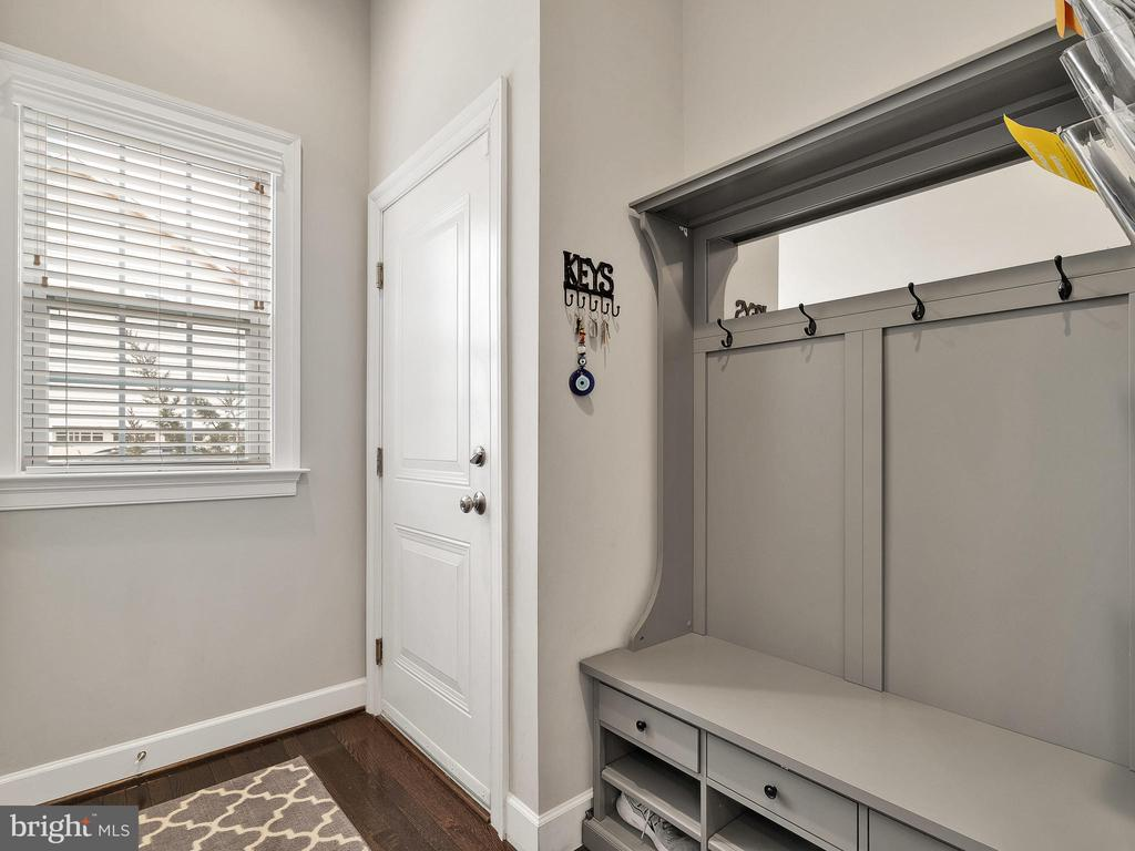 Mud room  (coat rack does not convey) - 42545 KERSHAW PL, CHANTILLY