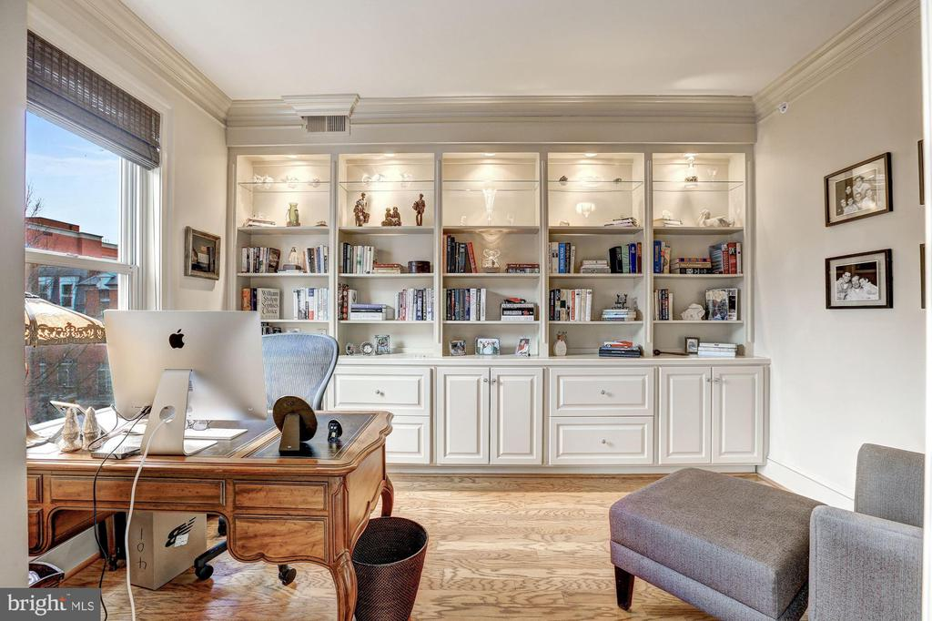 Den/Library with wall of built-ins - 4821 MONTGOMERY LN #401, BETHESDA