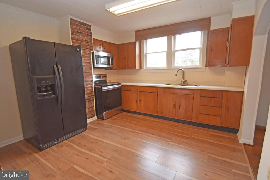 New microwave & stove - 6 E G ST, BRUNSWICK