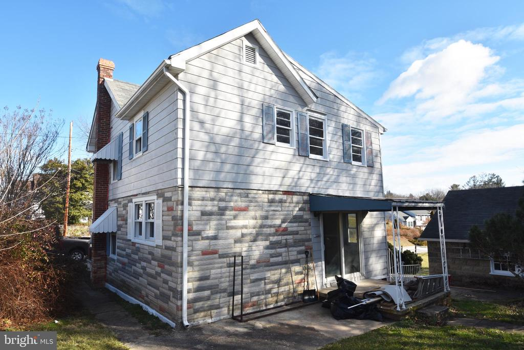 Rear access leads into kitchen/living room - 6 E G ST, BRUNSWICK