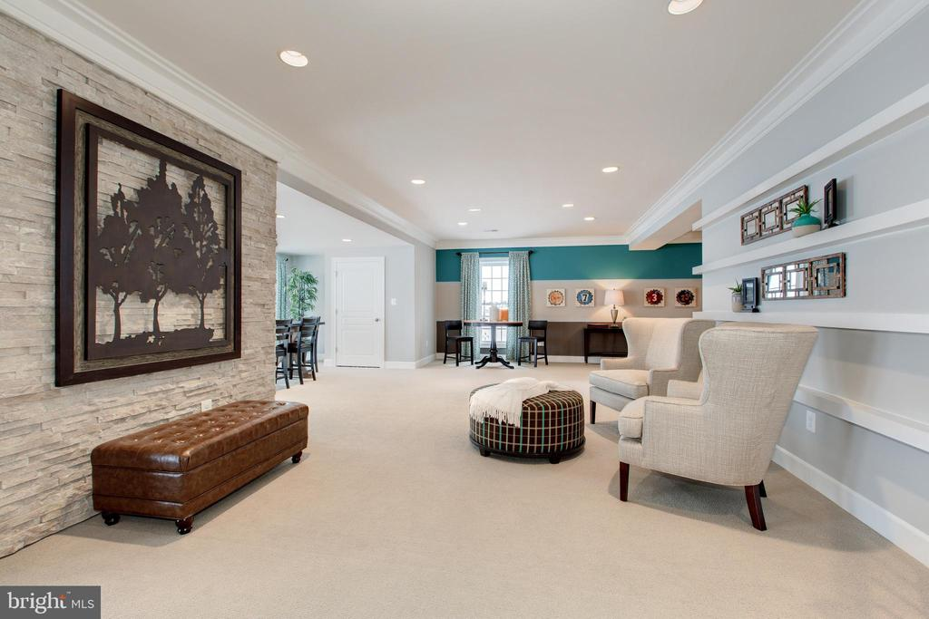 Stone accent wall and built in shelving - 14732 RAPTOR RIDGE WAY, LEESBURG
