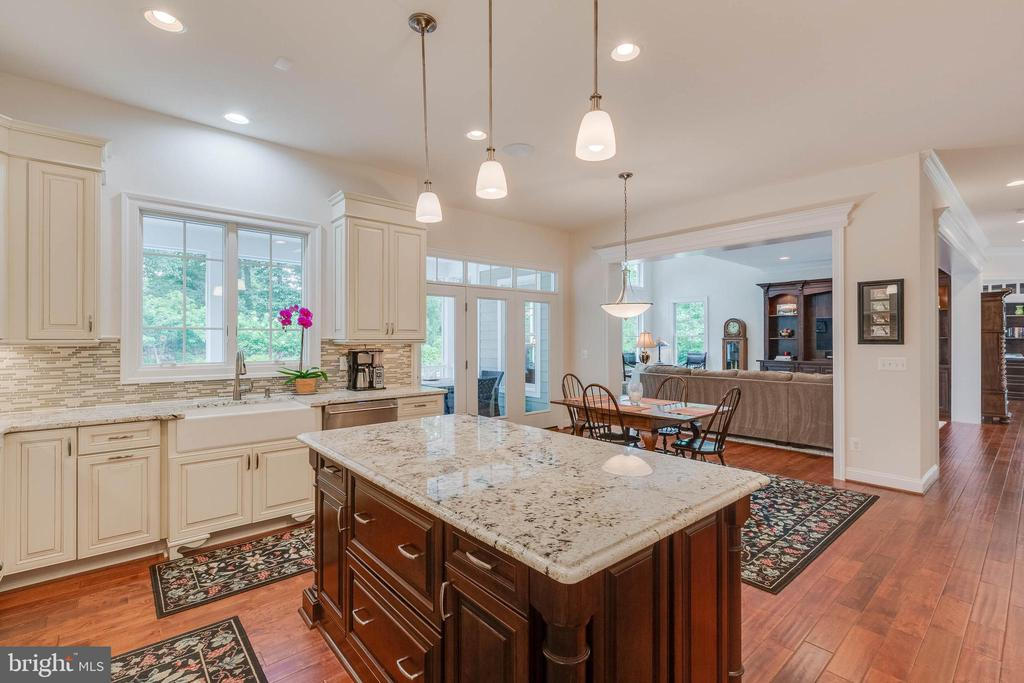 Kitchen: dual-toned cabinetry and plenty of it! - 3003 WEBER PL, OAKTON