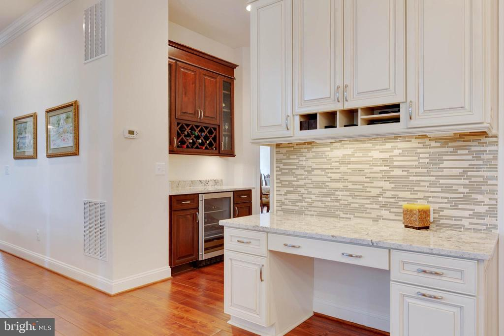 Butler's Pantry with wine rack and beverage fridge - 3003 WEBER PL, OAKTON
