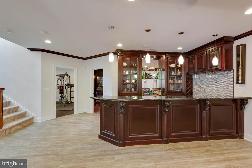 Pub-style Bar: belly-up for fun and refreshments - 3003 WEBER PL, OAKTON