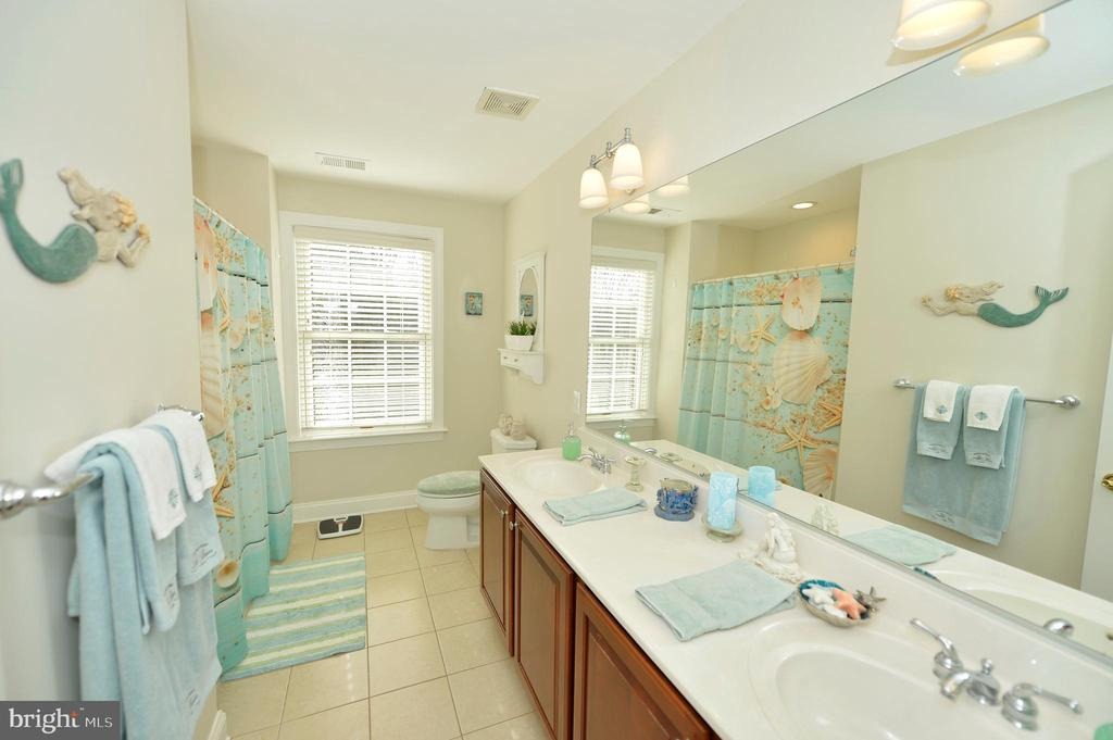 Hall Bath with Extended Double Sink Vanity - 37894 ST FRANCIS CT, PURCELLVILLE