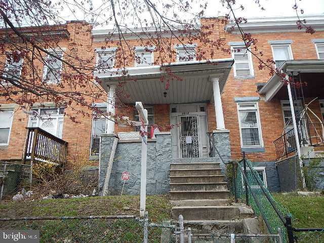 3BR 2BA Townhouse w/ unfinished basement, Sep LR/DR, HWF throughout, fenced rear, Located close to main roads, schools & some shopping. **Buyer to verify GR, seller will not redeem**
