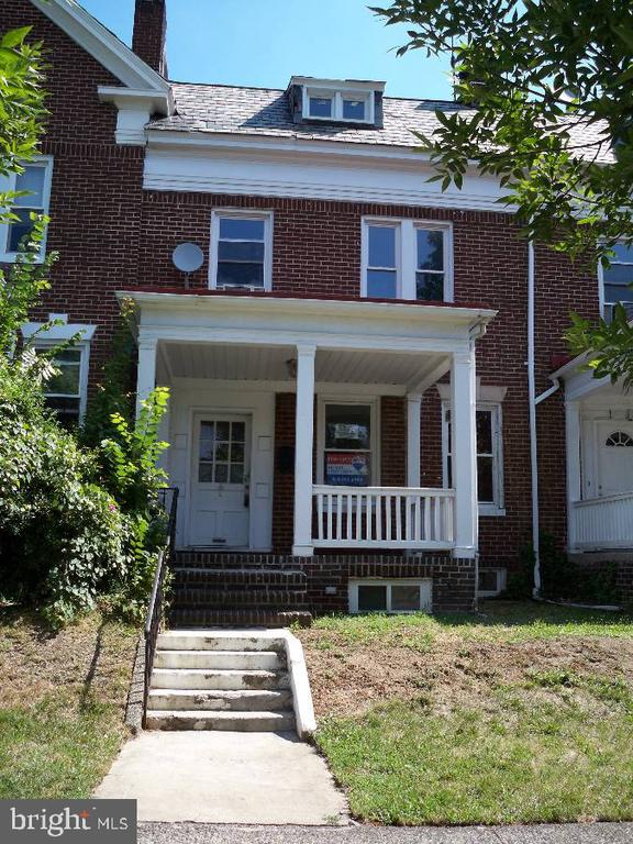 2019 JHU off-campus housing! Charles Village 5bd/3ba within walking distance of JHU's Homewood Campus--includes off-street parking and washer/dryer! Ornamental fireplace!Dishwasher! Hardwood floors throughout! Built-in shelving!Ceiling fans! Large front porch.1800 sq ft home! New andupdated bathroom.Utilities not included in rent. Available for lease beginning 6/4/19, but available to show NOW!Super convenient to JHU Homewood campus... It's just down the street!Pet policy: Cats/Small dogs okay. Breed Restrictions.