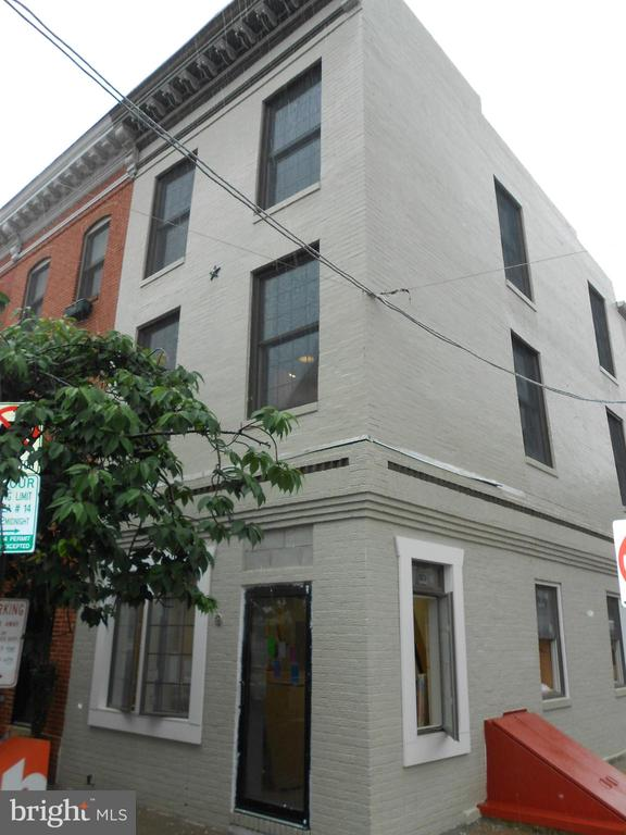Beautiful Little Italy 2bd/2.5ba home with update kitchen and granite counter tops. Updated bathrooms as well. Hardwood floors throughout. Central A/C. W/D. Balcony with amazing views of Baltimore.Pets allowed on a case by case basis. A MUST SEE! Available 8/16 for move-in!Very convenient to Camden Yards, Ravens Stadium, bars,restaurants, and retail stores!