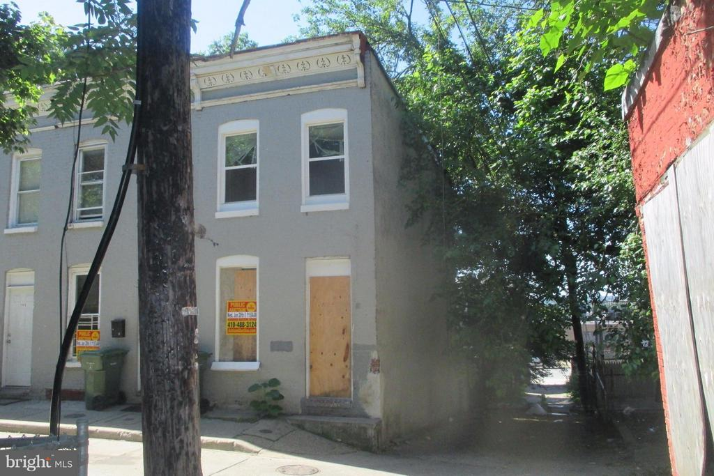 POST AUCTION: Call Office To BUY NOW! Sold To The highest Bidder Over $15,000. 2 Story Townhome in Boyd-Booth. Property is Vacant. Believed To Contain 3BR/1BA. Agents Register Your Clients.