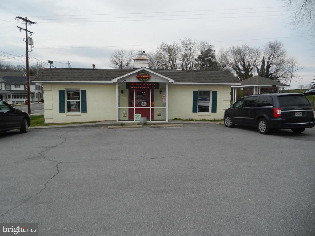 Incredible traffic movement past this retail/office space! Parking on site. Call and let's talk through your ideas. Tenant does have lease through Dec. 31,2017, with a mos to mos after that. Use to be occupied by a bank! OWNER PREFERS SALE...NOT A LEASE.