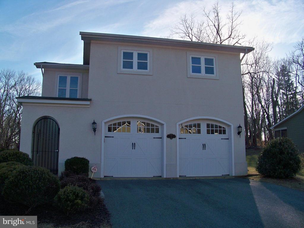 Absolute mint condition Shepherdstown Villa. Yes a real live villa, not a pretend duplex disguised as something else. One level living at its very best. Close to town, University, shops and dining, C&O canal and two National Parks within 20 minutes of each other. Hesitation is not recommended!!