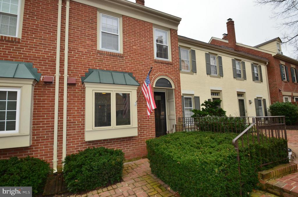 OLDE TOWNE NORTH Townhome - IDEALLY LOCATED - WALK TO METRO, shopping, restaurants and parks - Lovely 2 level with enclosed stone patio, off-street parking.  Beautifully detailed interior with hardwoods on main level, sep dining area and generously sized kitchen.  Amazing neighborhood minutes from Crystal City, Pentagon, DC.  Water & Trash included in rent.   Prof. managed!