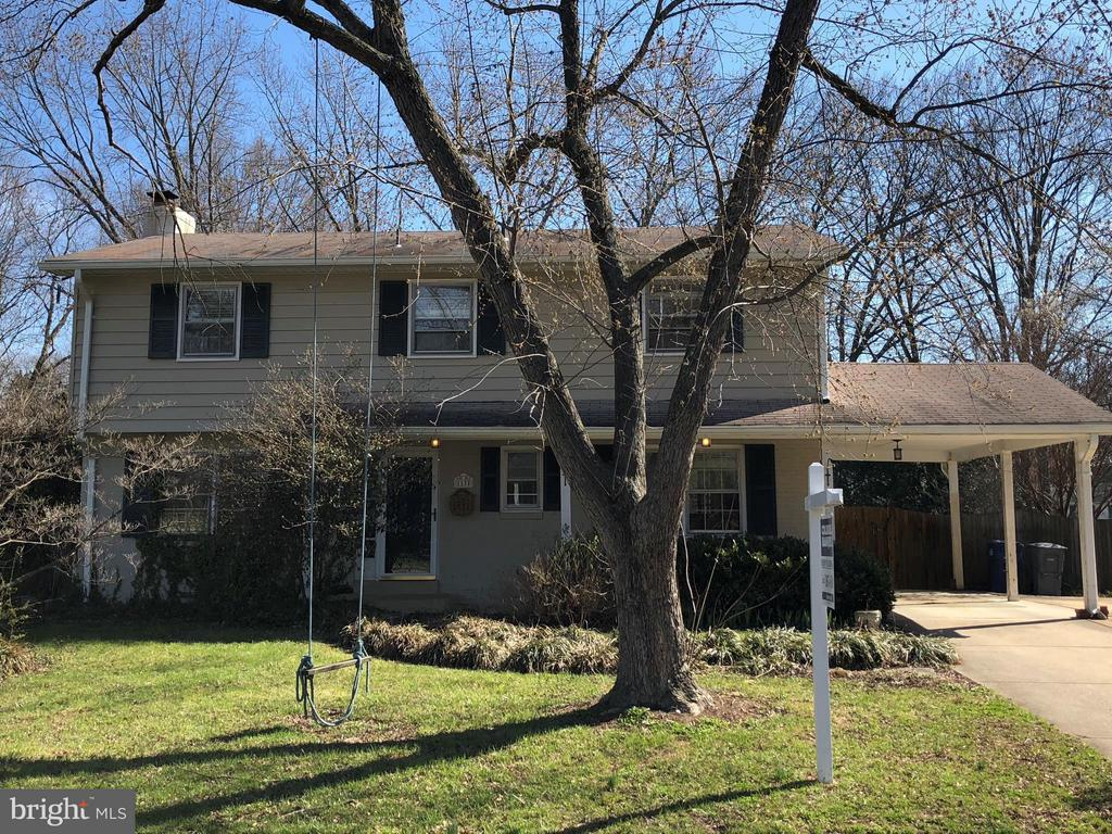 CHARMING 4BR, 2.5 BA COLONIAL IN SOUGHT AFTER COLLINGWOOD ESTATES NEIGHBORHOOD. ELEGANT LR W FPLCE, SEPARATE DINING ROOM, UPDATED KITCHEN, DEN, FAMILY ROOM, HARDWOOD FLOORS,WONDERFUL SCREENED PORCH OVERLOOKING LARGE FENCED LOT W MATURE TREES AND PLANTINGS. CLOSE TO POTOMAC RIVER, BIKE PATH...GREAT LOCATION!!