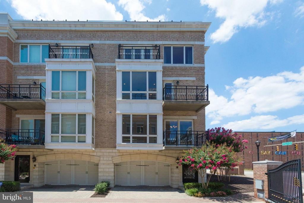 Award Winning Luxury 3 BR, 2.5BA EOG Townhome in upscale PierHomes @Harborview. Lr w/huge box bay window & FP,DR w/doors to deck, gourmet eat-in Kit w/stainless & granite. Full floor MBR suite w/luxury Ba, deck & 2 walk-ins. Incredible rooftop deck, 2 car garage. Walk to all the amenities of Federal Hill & Inner Harbor.