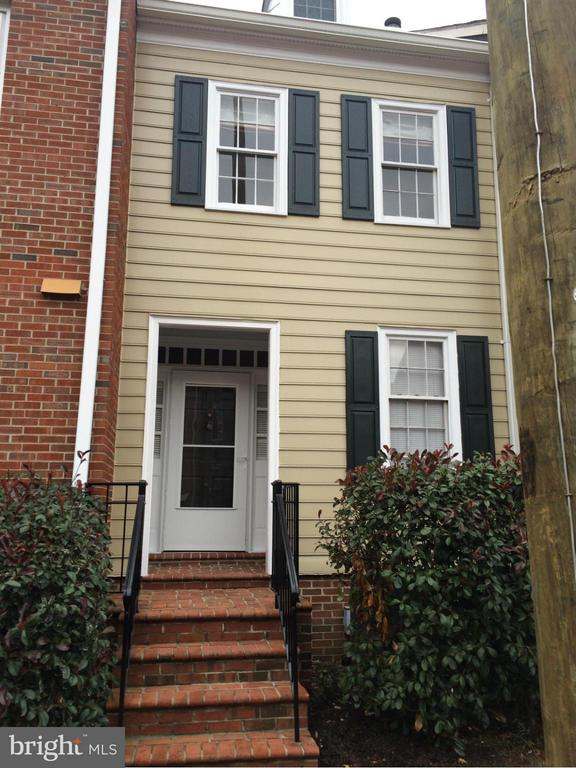 Charming townhouse in great Arch Hall development. One off street parking space, close to Old Town shopping, dining and nightlife. New carpet, freshly painted.