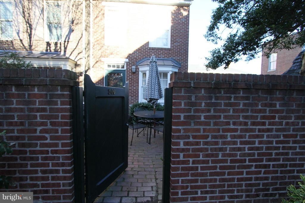 Great corner unit in sought after Brockett's Crossing. Fireplace, washer/dryer. Will be freshly painted. . Private, enclosed patio area. Old Town Charm!