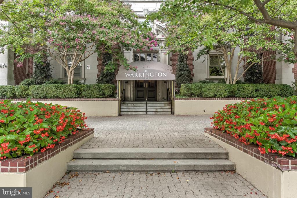 Beautiful south, east & western views from this 3350 sq/ft 8th floor unit in The Warrington. 3BRs, 2/1BA, 20ft Foyer, 37ft LR w/FP, formal DR, Lib w/built-ins & FP, large Kit & adj LaundRm. Expansive MBR suite w/DressRm & BA. Full service building, doorman, exercise room, valet parking. 1 deeded garage space. Fresh neutral d~cor ready for your personal touches! Taxes are based on current assessed value of $1,100,000.