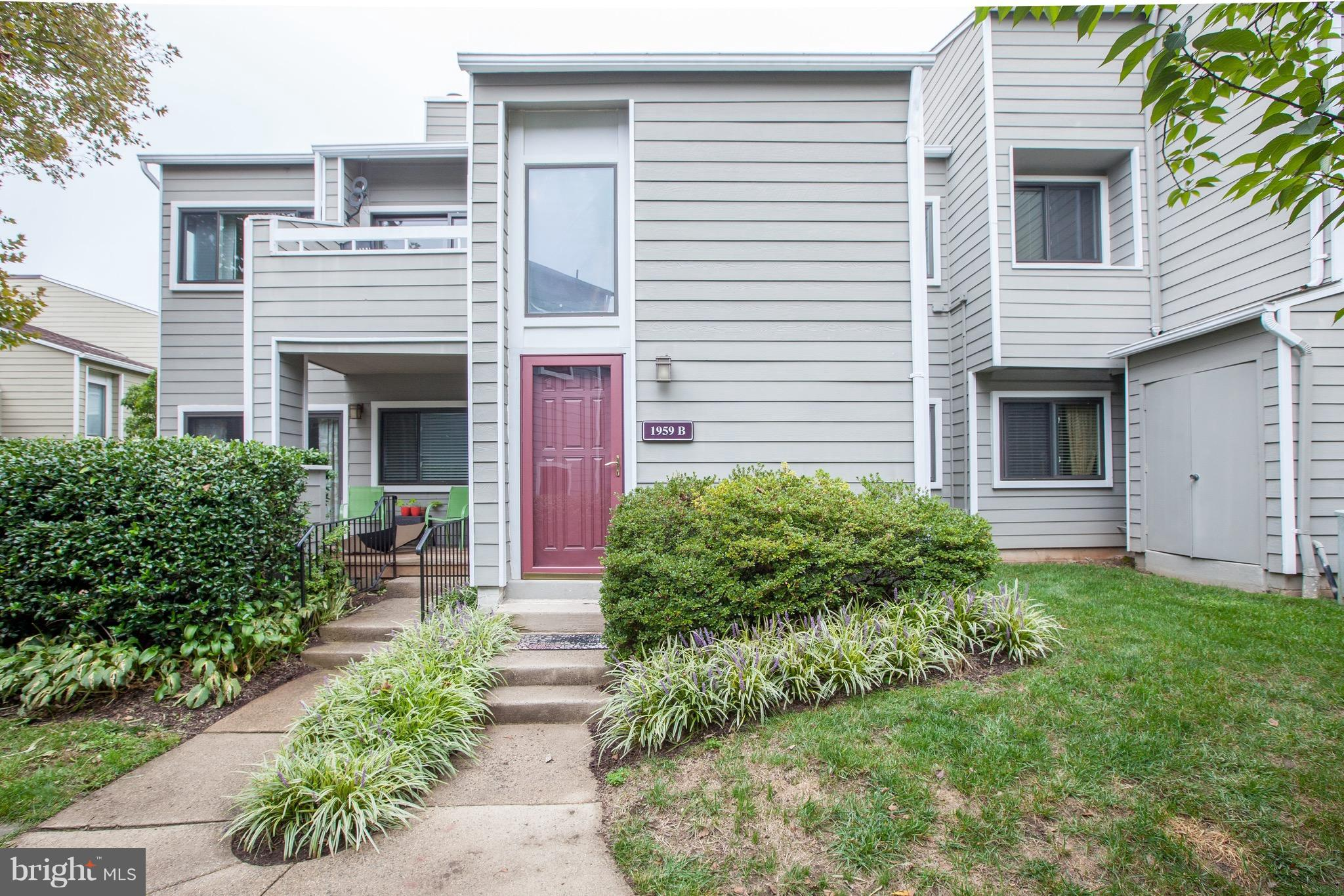 Modern style in quiet south Reston! This 2 BR, 1 BA townhouse condo offers LR and dining room with smooth vaulted ceilings, FP, and a stunning bonus office/loft - all in a top floor layout filled with morning light. Newly-updated bathroom, new kitchen appliances, new carpet and NEW HVAC. Walk to the Metro, 2 lakes, 2 pools, tennis courts, W&OD Trail, grocery store, Starbucks and great restaurants.