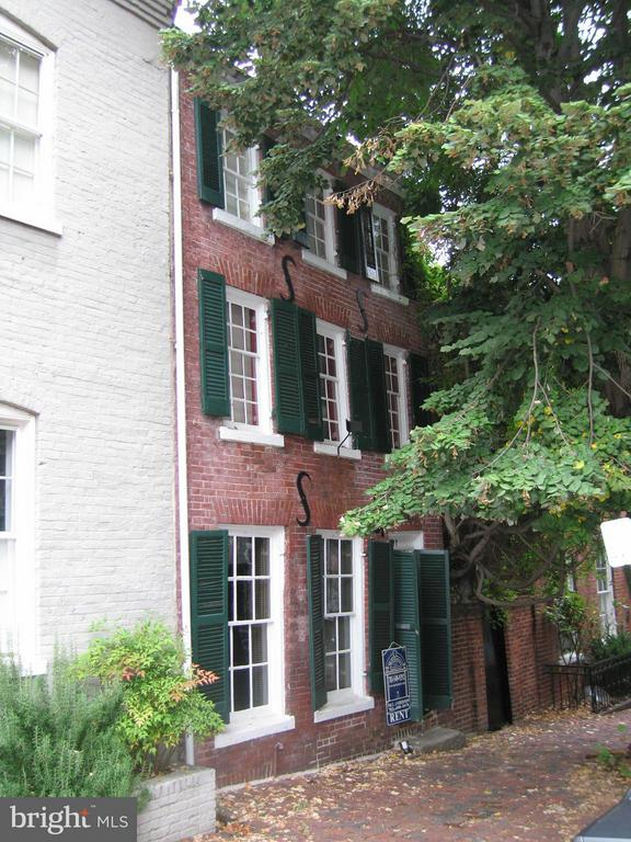 QUAINT 200 YEAR OLD HISTORIC BRICK TOWNHOUSE ON CAPTAIN'S ROW COBBLESTONES OF PRINCE STREET ONE BLOCK FROM THE WATERFRONT WITH ALLEY ACCESS TO BRICK PATIO AND GARDEN. FIREPLACES ARE DECORATIVE; NO SMOKING. PETS CASE BY CASE 25 LBS OR LESS WITH A DEPOSIT. NO MORE THAN 2 INCOMES TO QUALIFY.