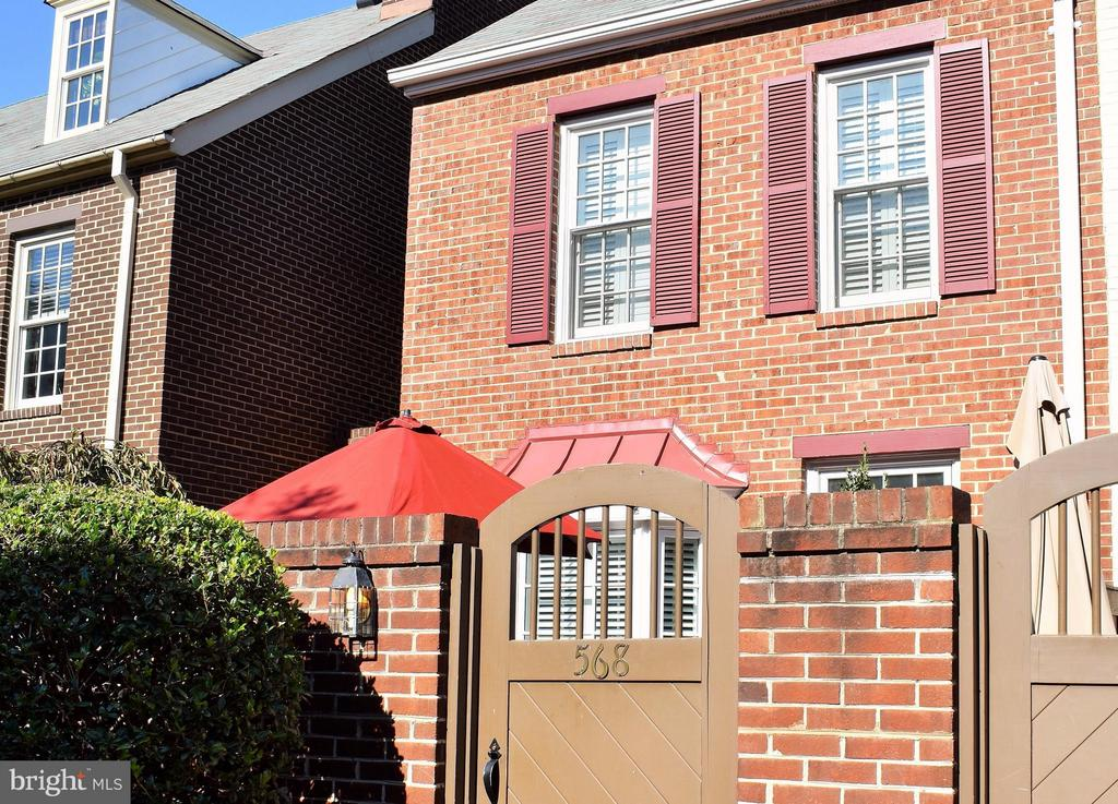 Old Town gem ~ Updated with nothing but the best!  Open floor plan with wood floors on 3 levels. Truly amazing kitchen with tons of cabinet & counter space, top of the line SS appliances, and granite counters. Timeless and stylish details throughout. Includes Washer & Dryer! Great Old Town location in Shad Row with private front patio and 1-car garage parking plus additional storage. Close to excellent shopping options like Trader Joe's, great restaurants and blocks from Old Town & the Waterfront.