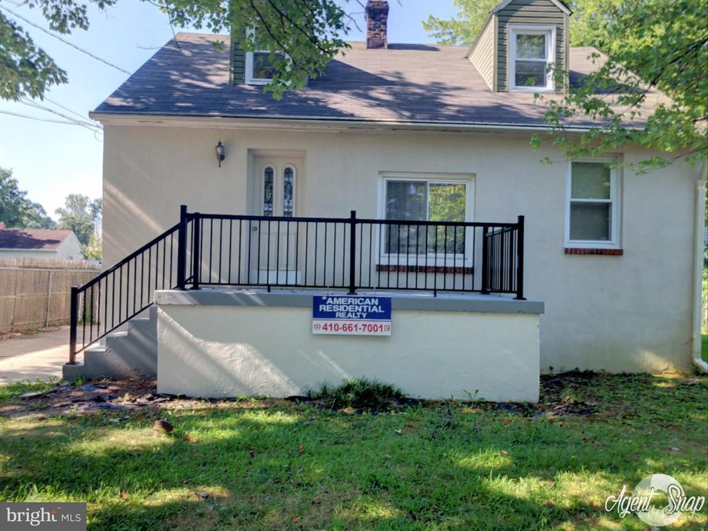 cape cod vinvl siding 4 bedrom w/1 1/2 bas w 1/2 ba  in bsmnt all flrs are wood eatin Kit dual pane wndws  driveway to 2 car garage oil forced air heating sys, balder located  in a private setting ending at small public park 2 bdrms located on the 1st flr have a ceiling fan
