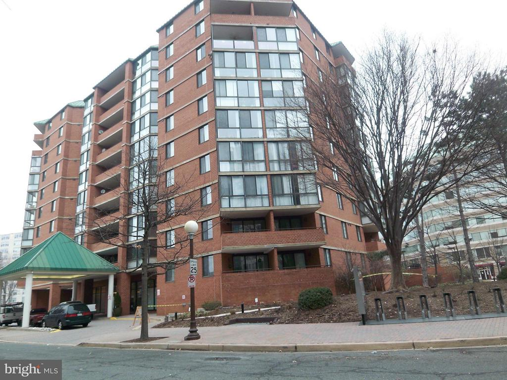 Luxury 1BR at Ballston w/gar, Spacious modern kitchen with granite, and stainless appliances, W/D. Bike/Running trails, and minutes to the Pot Rvr. Pool, Jacuzzi, Roof Deck, BBQ Grills, Business Cen w/Wifi, Concierge, Party Rm, Gym, Bike Racks, and so much more. Pets on a cs x cs Easy secure online digital application and rent payments with TMKenny Property Services. See our reviews on Yelp!! EOH
