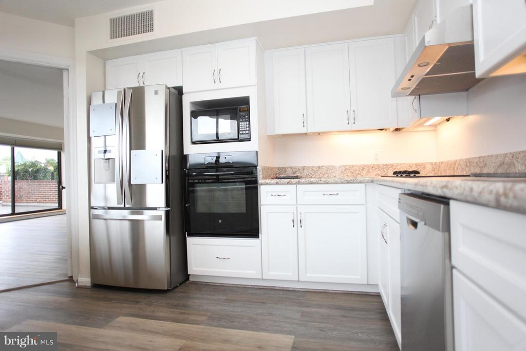 JUST REDUCED! RECENTLY RENOVATED CORNER PENTHOUSE UNIT AT THE FLOWERMILL CONDO. MULTIPLE BALCONIES OVERLOOK THE POTOMAC RIVER AND GEORGETOWN. NEW WOOD FLOORS, UPDATED KITCHEN AND BATHS. PARKING AVAILABLE FOR ADDITIONAL $275 PER MONTH IF NEEDED. FIREPLACE DECORATIVE ONLY. OWNER WILL PAY MOVE IN FEES.