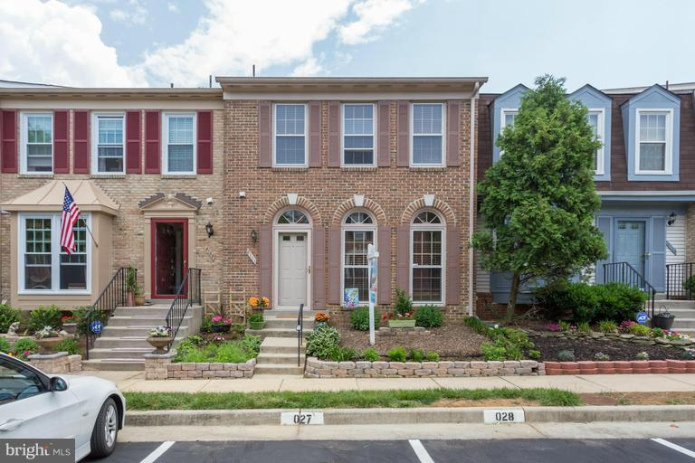 Gorgeous 3 bd/3.5 ba townhouse in highly desirable Kingstowne neighborhood! Bright hardwood floors thru main level w fully updated granite kitchen that opens onto a sunny deck & paved patio! Fully finished basement with rec/media rm & opt. 4th Room! Large master suite w/ master bth, sep shower & tub! Perfect for commute to DC/N.VA! Awesome shopping and other Kingstowne amenities. A MUST SEE HOME!!