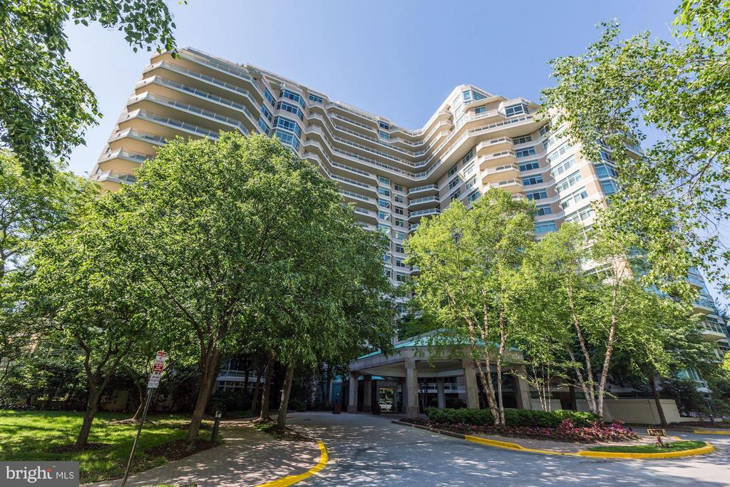 Fantastic 2,023sf, 2BR (plus small interior office/den) & 2.5 bath 4th floor condo with balcony!  Foyer entry, huge LR & separate DR w/hardwood flooring. Kitchen has breakfast rm & laundry closet. MBR Suite w/walk-in closet + double wall closet, MBath w/separate tub & shower.  2nd BR w/en-suite bath & walk-in closet.  24HR gatehouse/security, valet, concierge, 3-story clubhouse w/gym, indoor/outdoor pools