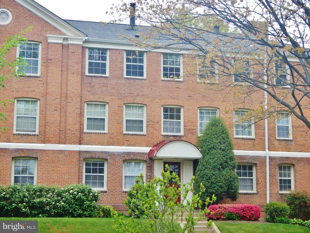 Cambridge Courts Condominium is a reasonable walk through a pleasant neighborhood to the Clarendon Metro.  2nd Floor 1 Bedroom w/ expanded, built-in additional closet system in bedroom.  Stainless appliances.   Washer / dryer in unit.   Plenty of parking in 2 lots.  Tenant pays separate electric bill.