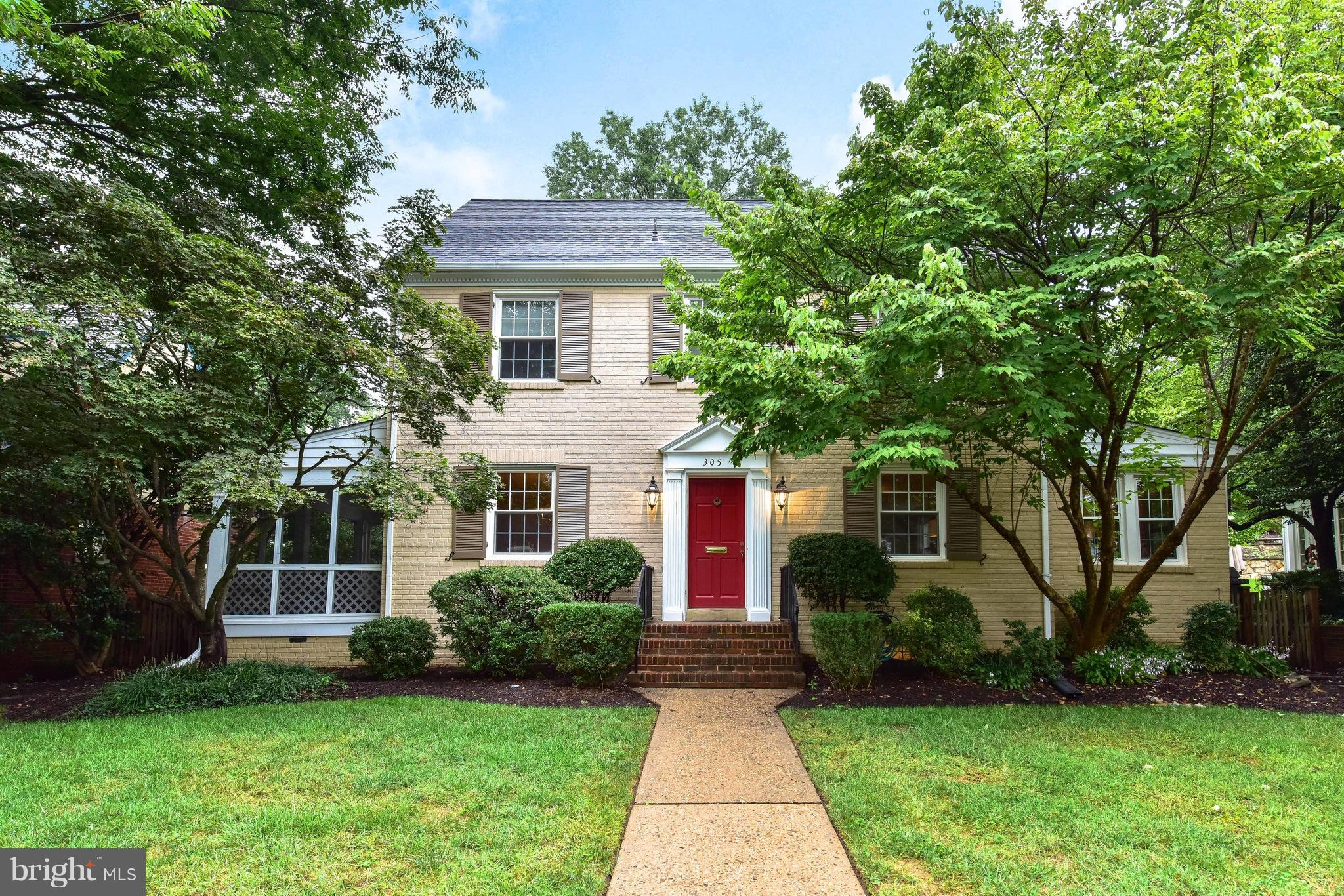 Spacious & updated w/a 3 story add't blks to  METRO & Maury Elem! Generous rm sizes, built-ins, 3 fpls, refin. wd flrs, freshly painted w/rpl windows thru-out. Gour eat-in kit, fab FR w/French drs to fenced yd. 4 nice size upper bdrms including a lg Mbdrm w/updated en suite bath & fpl. 5th BR w/3rd full bath on 4th lvl. Mn lvl den, LL rec rm. Storage in WI attic & unfin. bsmt. Side porch & patio.
