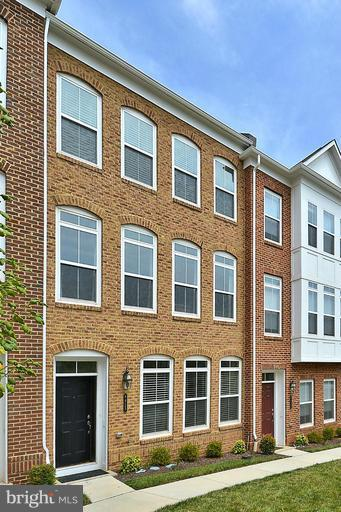 SPECTACULAR Rental--WALK TO METRO!!!;   3 Level Brick front townhome on premium park lot in new Metrowest Community next to Vienna Metro.  Close to everything and fully loaded with upgrades galore.  Bright and open floor plan, 3BDR, 2.55 BA, Hardwoods, Gourmet Kitchen, Granite, and More!!