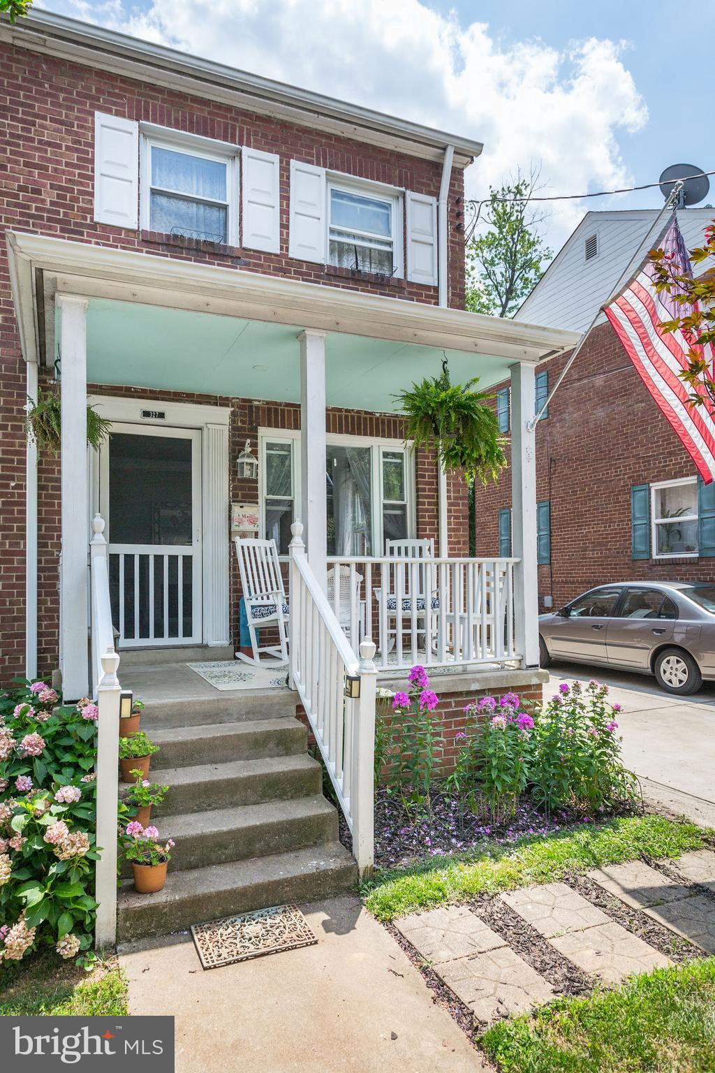 OPEN HOUSE - SUNDAY 10/21 1-4!!  Gorgeous 2 BR, 2 bath renovated & expanded duplex in Del Ray! Charming front porch welcomes you to this light filled home. Beautiful HW floors, lovely kitchen & separate DR, expanded FR w/ deck & fenced, private yard w/ maintenance free turf! The lower level features a finished rec room or 3rd BR & full bath in finished basement.. Walk to Del Ray & Potomac Yard.