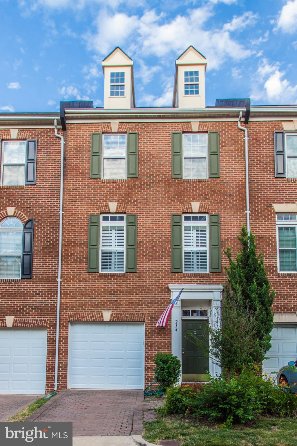 Open Sunday10/7 from 2-4. Franklin Model- 3 top floor spacious BR, 2.5 baths, open floor plan, RR, study, living room, hwd flrs, eat in kitchen, SS appliances, sun room and gas fp. Master - soaking tub, dual vanity and a walk-in closet. Garage + extra parking, patio, and fenced yard. Walk to fitness Center, Pool, Tot Lots, and Tennis Courts and Daycare. 5 miles to Pentagon. Free metro shuttle.