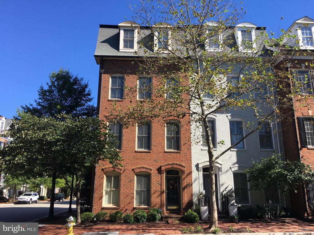 1757 Potomac Greens Dr, Alexandria, VA 22314